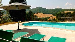 zwembad met strandbeden Villa Marsi