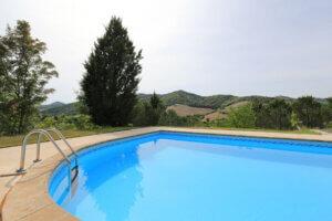 Villa Marsi zwembad met rvs trap aan de rand