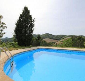 zwembad met rvs trap en uitzicht Villa Marsi