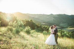 Bruidspaar op het Villa Marsi landgoed in Le Marche Italie