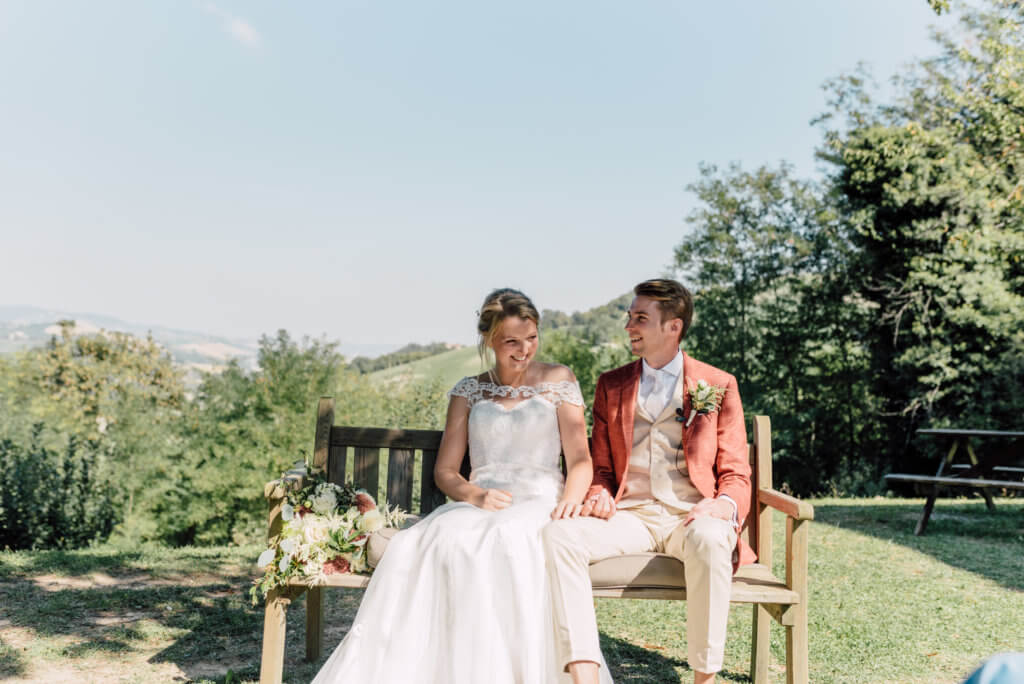 Bruidspaar op bankje in Villa marsi tuin