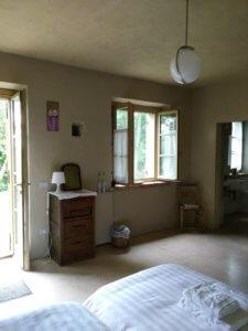 kamer met opslaande deuren naar tuin bij villamarsi