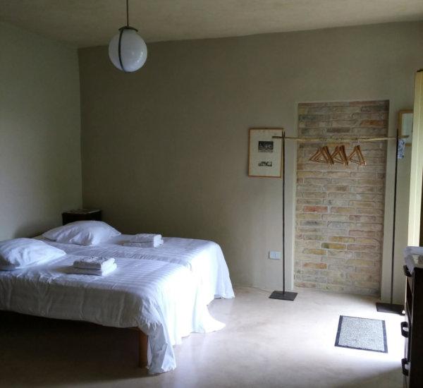 kamer rome in lichte kleurstelling agriturismo villa marsi