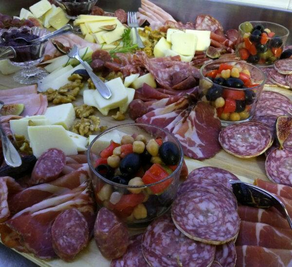 Villa Marsi diverse vleeswaren en kazen uit Le marche