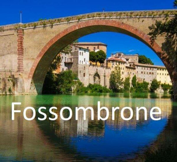 De brug over metauro rivier bij fossombrone
